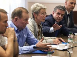 Former Ukrainian President Leonid Kuchma (2nd L), OSCE Ambassador Heidi Tagliavini (C) and Russian Ambassador to Ukraine Mikhail Zurabov attend a meeting with leaders of the self-proclaimed Donetsk People's Republic and Luhansk People's Republic in the city of Donetsk June 23, 2014.  REUTERS/Shamil Zhumatov  (UKRAINE - Tags: POLITICS CIVIL UNREST)