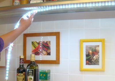 освещение-светодиодной-лентой-на-кухне