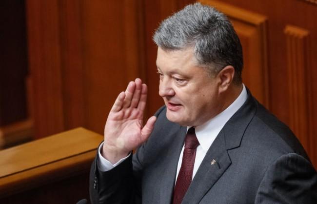 epa05526773 Ukrainian President Petro Poroshenko gestures while speaking to lawmakers during the opening of a new session of Ukrainian Parliament in Kiev, Ukraine, 06 September 2016. EPA/ROMAN PILIPEY