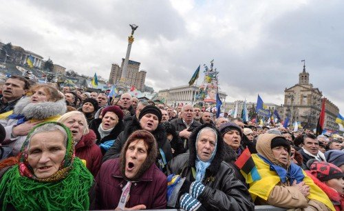 Protesters sing the national anthem during mass rally of the pro-Western Ukrainian opposition on Independence Square in Kiev on January 12, 2014.  Some 50,000 of Ukrainians rally on Sunday in the heart of Kiev amid swelling anger over the bloody beating of prominent former minister turned opposition leader Yuriy Lutsenko. AFP PHOTO/ SERGEI SUPINSKY
