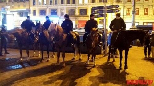 В Киеве конная полиция ночью дежурила у магазинов 2