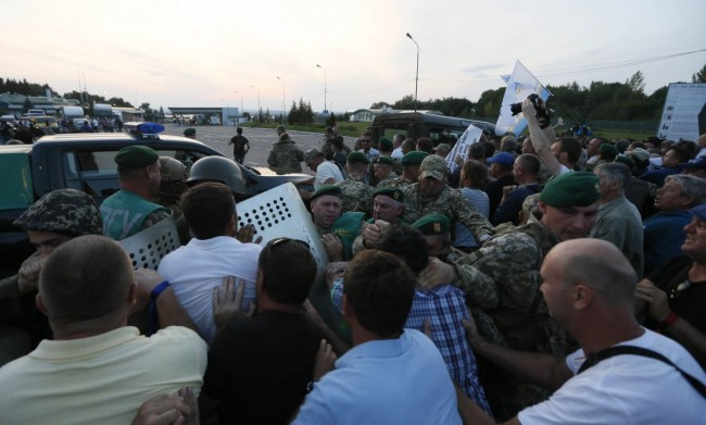 Supporters of former Georgian President Mikheil Saakashvili clash with Ukrainian borderguards upon his arrival at a checkpoint on the Ukrainian-Polish border in Shegyni