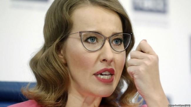 """MOSCOW, RUSSIA - FEBRUARY 20, 2018: Presidential candidate for the Grazhdanskaya Initsiativa Party, Ksenia Sobchak, speaks during a press conference; Russia is to hold a presidential election on March 18, 2018. Artyom Geodakyan/TASS Ðîññèÿ. Ìîñêâà. 20 ôåâðàëÿ 2018. Êàíäèäàò íà ïîñò ïðåçèäåíòà ÐÔ îò ïàðòèè """"Ãðàæäàíñêàÿ èíèöèàòèâà"""", òåëåâåäóùàÿ Êñåíèÿ Ñîá÷àê âî âðåìÿ ïðåññ-êîíôåðåíöèè. Àðòåì Ãåîäàêÿí/ÒÀÑÑ"""