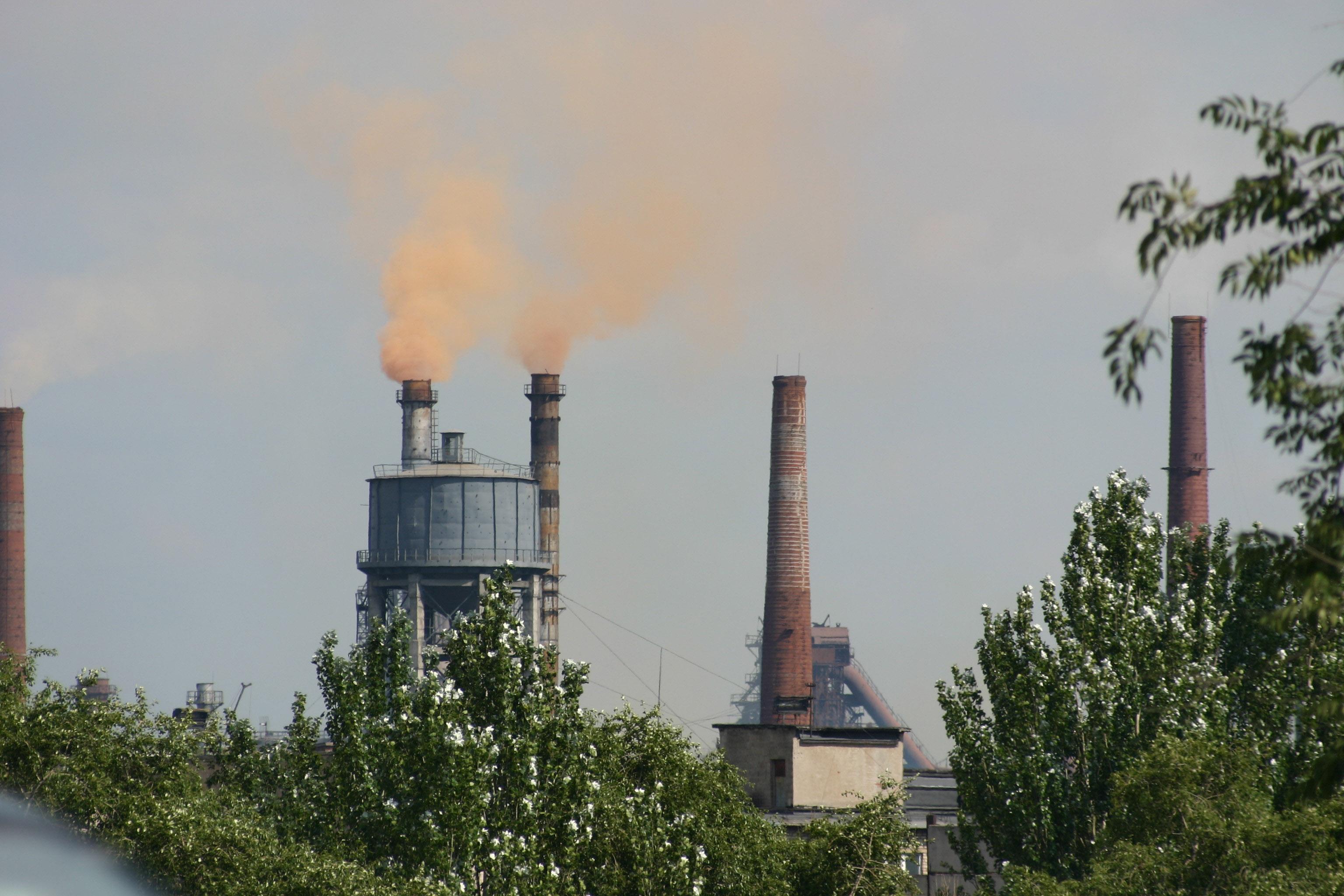 Donezk_Schwerindustrie_rauchender_Schornstein