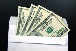 Нелегальная пересылка денег. Доллары в конверте.